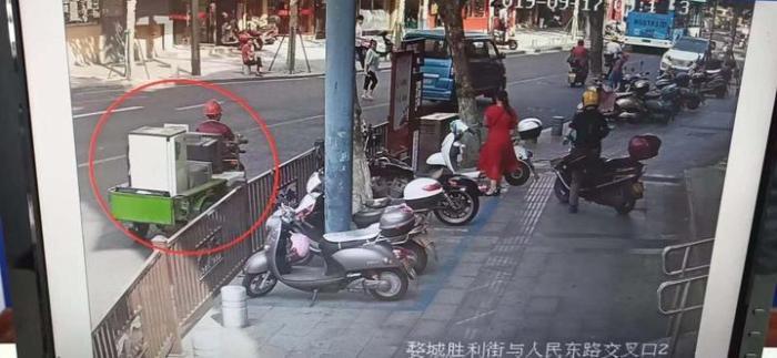 民警仔细地对不同路段的视频监控录像进行搜寻。金华公安提供