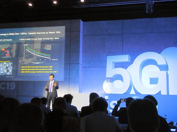 """华为2月在巴塞罗那宣布推出5G服务产品。图源:""""朝日新闻"""""""