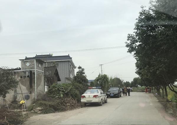 警方在村口布控
