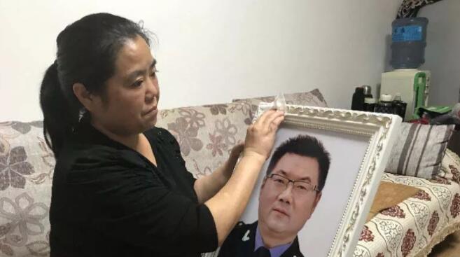时到如今,李正琼坚持天天擦拭杨骅的遗像。上游新闻 图