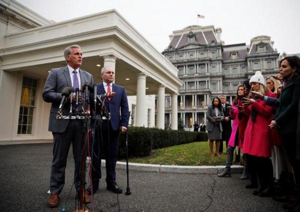 2019年1月2日,美国国会多议院无数党领袖麦卡锡和党鞭斯卡利斯在白宫与总统特朗普见面商议边境坦然题目后会见记者。REUTERS/Carlos Barria