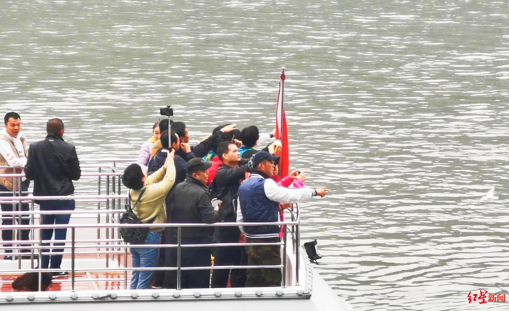 游船上游客未穿戴救生衣