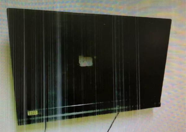 被砸坏的电视机。闵行检察院供图
