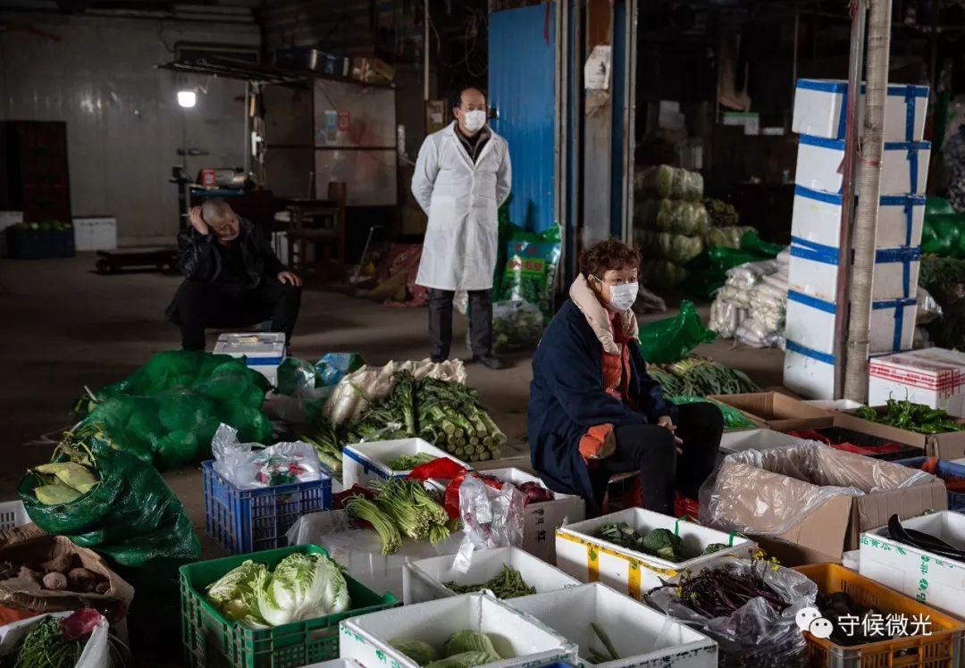 2月17日,湖北省孝感市沙沟蔬果批发市场,蔬菜摊位照样忙着处理来自各个社区的采购订单。这边是孝感市现在唯一还在交易的市场,由各个社区派人前来荟萃采购食品后,运回社区进走分配,出入都需消毒并出示出走允诺。现在该批发市场仍有百余经营户在交易,每天进货量达到250吨,能够遮盖孝感市70%的供答量。自本月15日首,市内商场超市已经关停,蔬菜只经由过程社区配送。中青报·中青网记者 李峥苨/摄