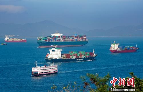 资料图为繁忙的香港航道。中新社记者 张炜 摄