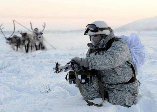 图为在北极进走训练的俄军