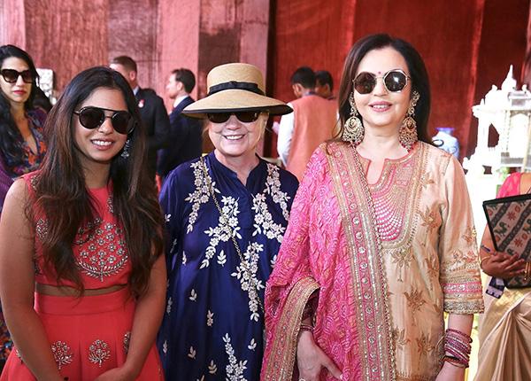 从左至右:新娘伊沙·安巴尼,希拉里·克林顿和新娘的母亲。 视觉中国 图