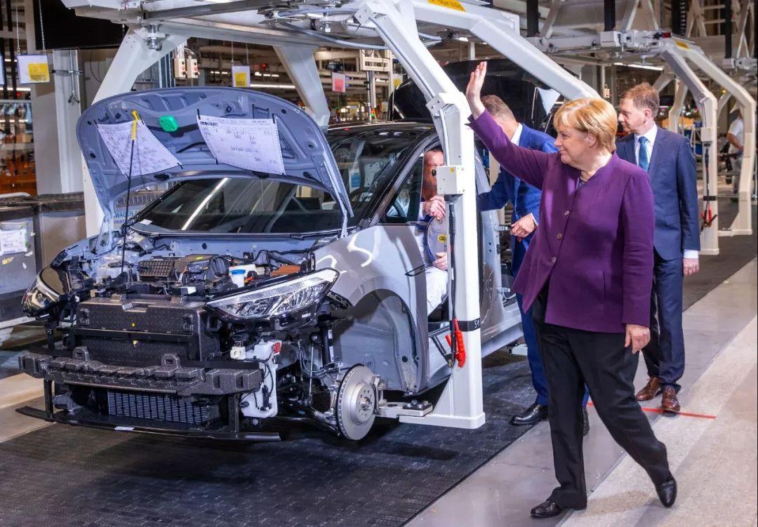 11月4日,在德国茨维考,德国总理默克尔视察大众汽车集团的电动汽车工厂。新华社/美联