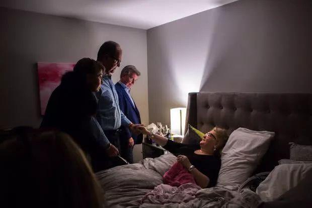 在安德蕾床前,两个前夫在告别。