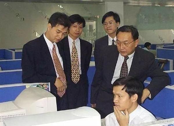 由左至右:求伯君、雷军、杨元庆、柳传志、沈家正