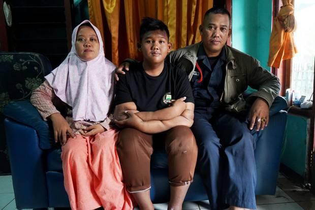 佩尔马和他的父母(图源:《新西兰先驱报》)