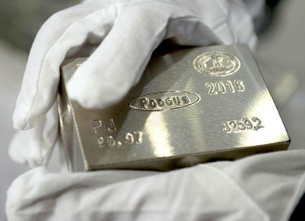 原料图:位于斯维尔德洛夫斯克州南部上佩什马市的叶卡捷琳堡有色金属添工厂出产的钯金锭样品。(新华社/卫星社)