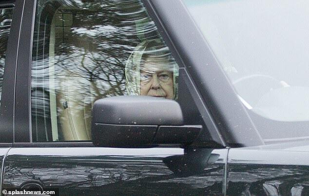 英国女王驾车出行,被发现未系安全带。(图片:《每日邮报》)