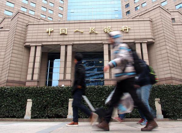 行人從中國人民銀行上海總部門前走過。 (新華社)