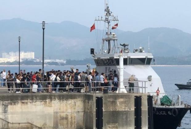 香港警方协助内地生撤离(东网)