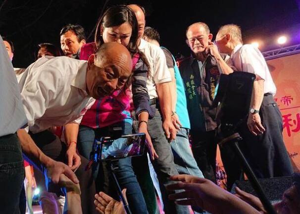 """国民党参选人韩国瑜被民众簇拥着上台。(图片来源:台湾""""中时电子报"""",下同)"""