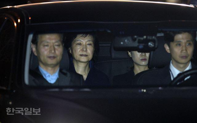 2017年3月31日凌晨,朴槿惠被批捕后移送拘留所。(《韩国日报》)