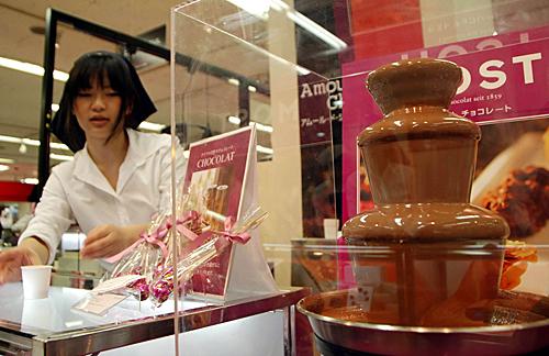 """为迎接情人节,日本东京银座一家百货店推出""""高跟鞋""""造型巧克力。新华社记者 任正来 摄"""