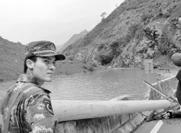 谢樵遇难前的最后一张照片,身后是事发的堰塞湖。