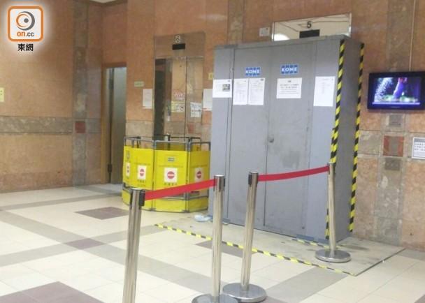 涉事电梯有待翻新(左一),旁为正在进行翻新工程的电梯。(来源:东网)