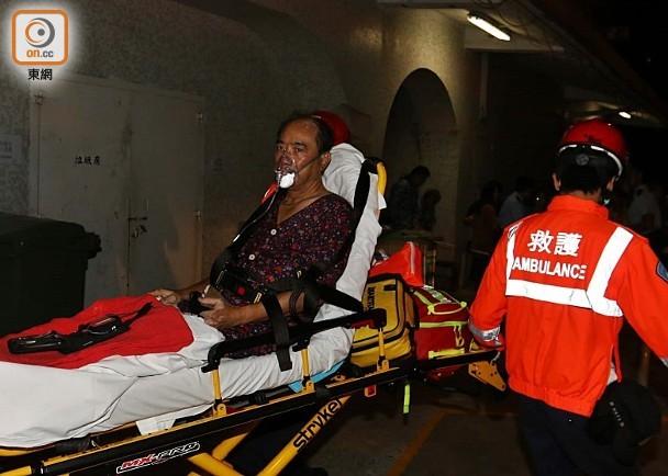 起火單位男戶主吸入濃煙不適,救護員將他送院治理。(圖源:東網)