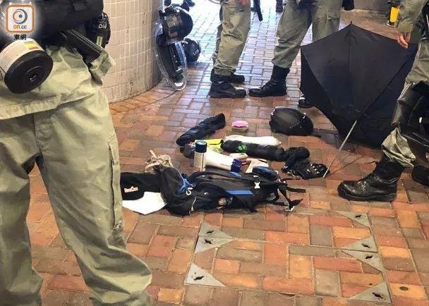 警察从被告身上搜出的整套装备
