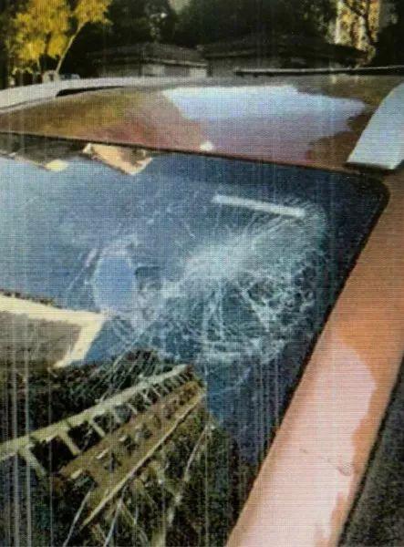 图说:案发现场被砸坏的轿车。闵行检察院供图