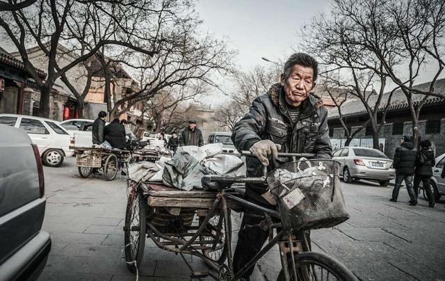 小区里废旧家电回收的人员(图片来源于网络)