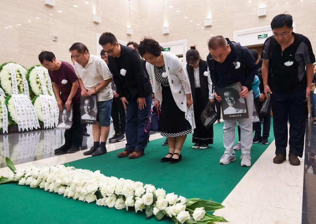 9月15日,人们为单田芳师长送走。当日,评书行家单田芳告别仪式在北京八宝山举走。来自全国各地的群多自愿来到八宝山为单田芳师长送走。新华社记者 陈晔华 摄