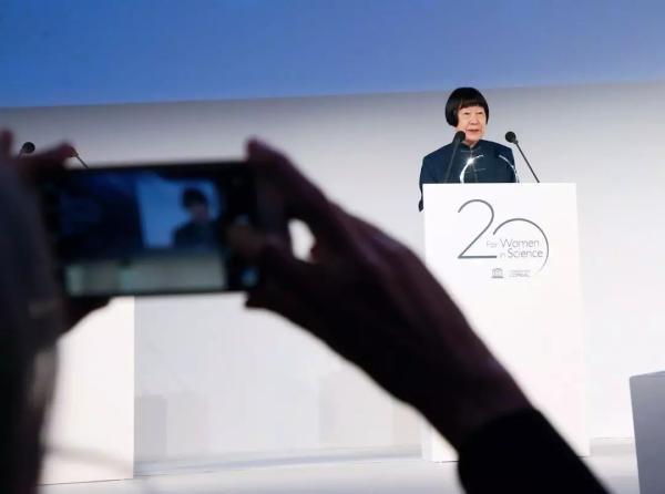 """3月22日,法国巴黎,中国科学家张弥曼获颁""""世界杰出女科学家奖""""后致辞。视觉中国 图"""