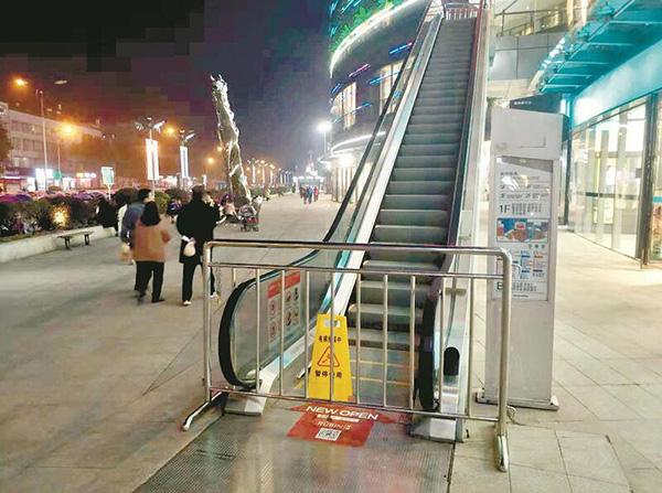 事发扶梯昨晚已停运。楚天都市报 图