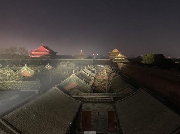 宁寿宫区比较高大的屋顶可以享受到灯光的映照,和沉浸在黑暗中的绝大多数的宫殿形成对比。