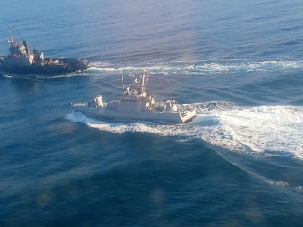 俄边防部队拖船逼停乌克兰巡逻艇