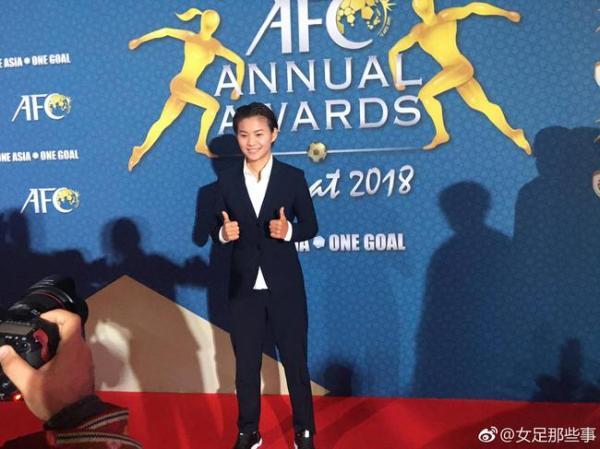 王霜代表中国足球摘取亚足联年度最佳球员的荣誉。 @女足那些事 图