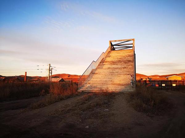 """为被当地居民称为""""梯子""""的免渡河跨轨天桥。邹俭朴 摄"""
