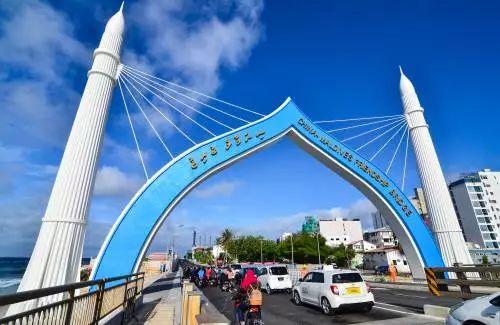 ▲2018年10月2日,车辆从中马友谊大桥桥头拱门穿过。(新华社)