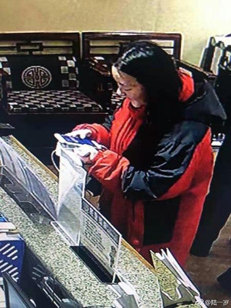 陆婷在酒店办理入住时的监控截图