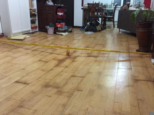 地炎分水器总阀门爆裂进水后,家住西山阳光水岸一楼的冯师长家客厅的地面展现一个深近20厘米的塌陷。半岛晨报 图