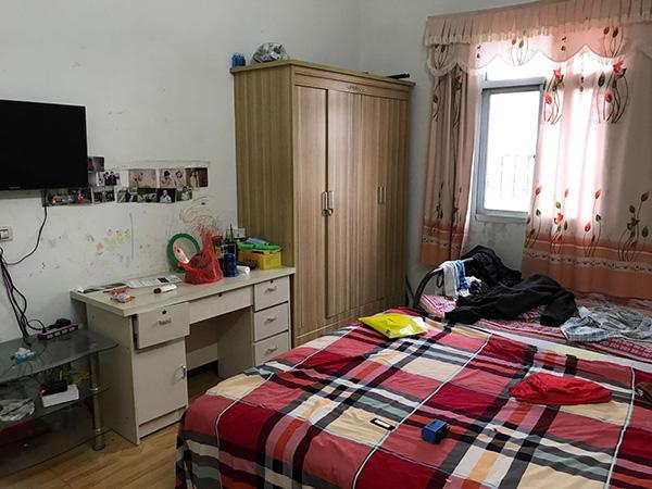 杨明珠的卧室里,左右是孙子的床,墙上贴着儿子的结婚照。澎湃音信记者 周琦 摄