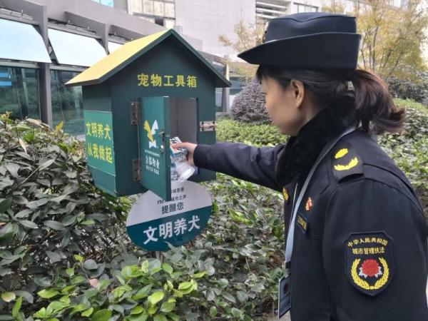 城管队员去宠物工具箱安放黄粉笔。 西湖城管 供图