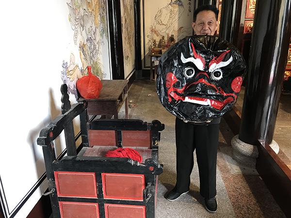 用来部署章公的坐轿和舞狮用的狮头 澎湃音信记者 沈文迪 摄