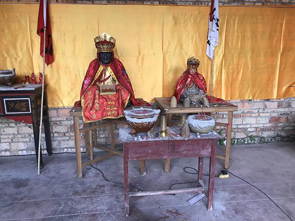 章公的替代像(左)和重塑的陈公祖师(右) 澎湃音信记者 沈文迪 摄