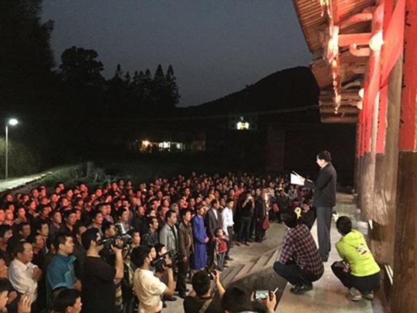 福建阳春村,贤士林师长在普照堂前宣读敬拜文。王龙志 摄