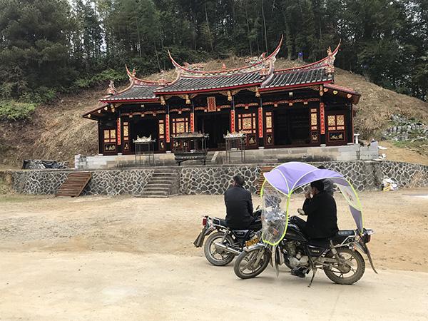村民在普照堂下座谈 澎湃音信记者 沈文迪 摄