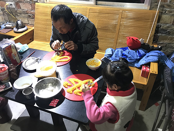 林明照和女儿在拼字 澎湃音信记者 沈文迪 摄