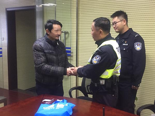 2018年12月17日,上海万里派出所,失主吴老师领回失踪的3万元现金。澎湃信息记者 李佳蔚 摄