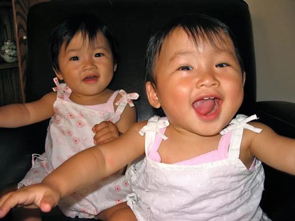姐妹俩幼时候