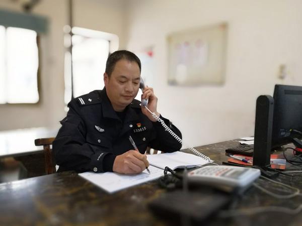 黄其焕在派出所值班接警。澎湃消息记者 朱远祥 图