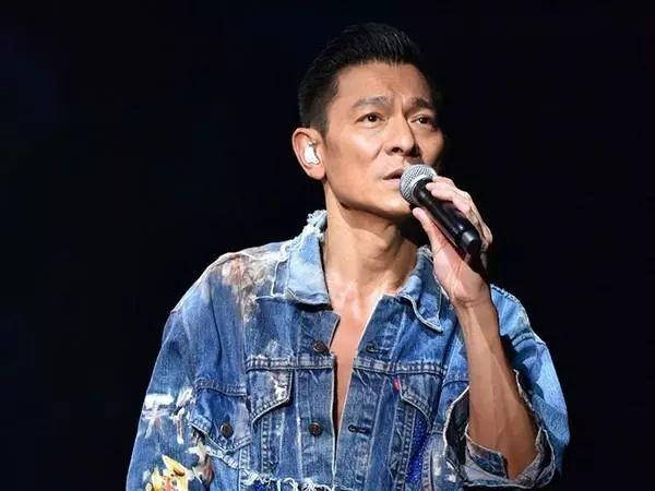 付躹?'_刘德华在台上躹躬向在场观众致歉