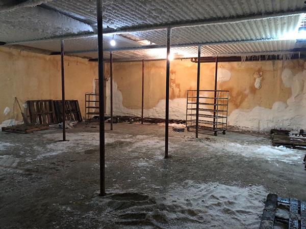 晖达公司公司的冷库,售去山东的冷冻猪肉曾经堆放在此处,现在冷库已被舍用。